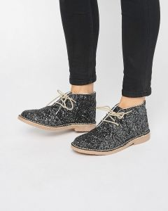 Ботинки дезерты в луке современной женщины