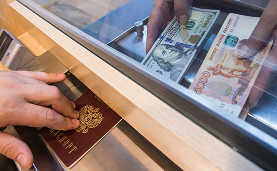 Банки предъявили рекордный спрос на валюту