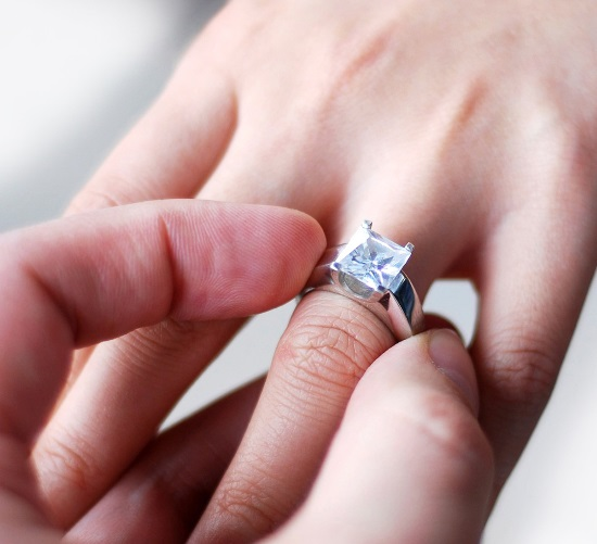 Все что должен знать жених по выбору помолвочного кольца