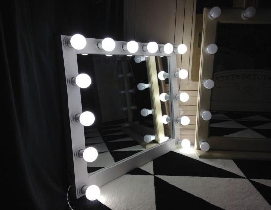 Зеркало первый помощник в нанесении макияжа