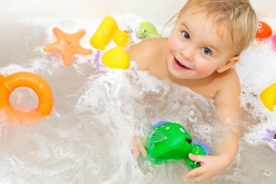 Сделайте процедуру купания для малыша настоящим праздником с помощью игрушек